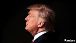 Дональд Трамп позирует фотографу в мае 2016 года