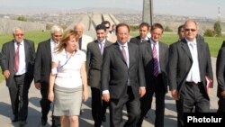 Armenia - French Socialist Party leader Francois Hollande (C) visits the Armenian Genocide Memorial in Yerevan, 06Sep2007.