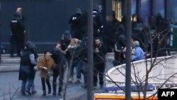 Полиция выводит людей из магазина,в котором были захвачены заложники