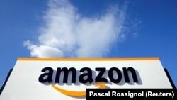 Логотип Amazon на логистическом центре во Франции. Август 2018 года.