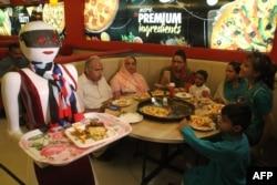 Робот разносит еду в ресторане. Пакистан