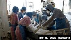 داکتران در یکی از شفاخانه های فرانسه در حال رسیدگی به یک بیمار مبتلا به ویروس کرونا.
