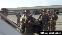 Armenia - Armenian army sergeants board a U.S. military transport plane at Yerevan airport, 4Aug2016.