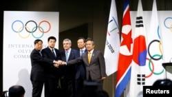 Эл аралык олимпиада комитетинин президенти Томас Бах (оңдо) Түндүк жана Түштүк Кореянын өкүлдөрү. Лозанна, 20-январь, 2018-жыл.