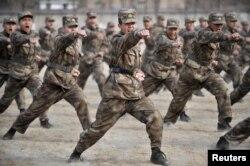 Қытай ұлт-азаттық әскерінің сарбаздары жаттығу кезінде. Иньчуань, 3 наурыз 2011 жыл