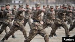 Әскери дайындық жасап жатқан қытай солдаттары. Иньчуань, 3 наурыз 2011 жыл. Көрнекі сурет