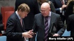 Ambasadorul britanic la ONU, Jonathan Allen (stg.) cu cel al Rusiei Vasili Nebenzia