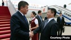 Қырғызстан президенті Соронбай Жээнбековті (сол жақта) әуежайда Қытай сыртқы істер министрінің орынбасары Чжан Ханхуэй күтіп алды.