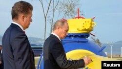 Президент Росії Володимир Путін (П) і керівник «Газпрому» Олексій Міллер, Владивосток (архівне фото)