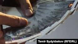 В Кыргызстане средняя заработная плата составила 14 тысяч 800 сомов.