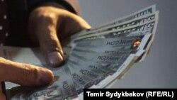 В нацвалюте вклады составляют 41,8 млрд сомов, в инвалюте - 25,9 млрд сомов. Доля нацвалюты во вкладах растет с каждым годом.