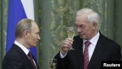 Премьер-министр России Владимир Путин со своим украинским коллегой Николаем Азаровым (справа) во время недавнего визита в Киев