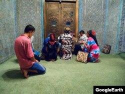 Пахлаван Махмуддун күмбөзүнө сыйынганы келген адамдар