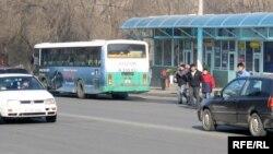 Общественный транспорт и машины на улицах города Алматы.