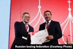 Серик Конакбаев (справа) и Гафур Рахимов на конгрессе AIBA в Москве, 3 ноября 2018 года.