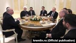Чаяваньне ў Сочы: Аляксандар Лукашэка (зьлева), Хасан Рухані (трэці зьлева), Уладзімір Пуцін (шосты зьлева) і Рэджэп Таіп Эрдаган (другі справа), 14 лютага