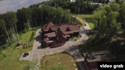 Разследванията за собствеността на премиера Дмитрий Медведев през 2016 г. бяха гледани милиони пъти в YouTube и предизвикаха протести в цяла Русия.