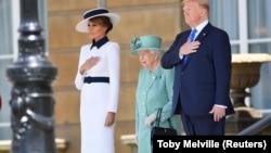 АҚШ президенті Дональд Трамп пен әйелі Меланияның Елизавета II патшайыммен кездесу сәті. 3 маусым, 2019 жыл.