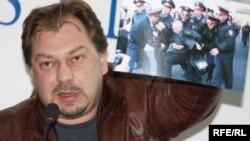 Михаил Сизов, тіркелмеген «Алға» партиясының ұйымдастыру комитетінің мүшесі. Алматы, 14 қазан 2009 жыл.