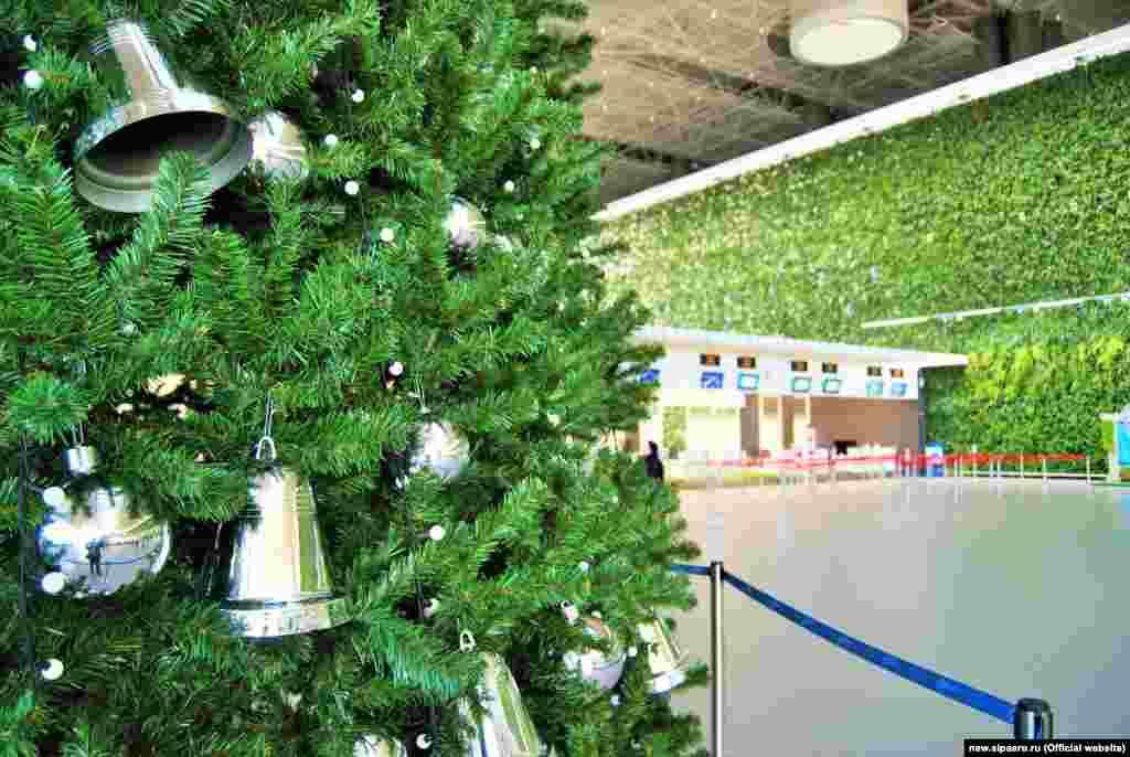 Рождественская елка в аэропорту Симферополя
