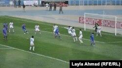 من مباراة فريقي القوة الجوية والزوراء في ملعب الشعب ببغداد