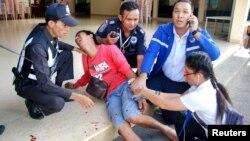 Փրկարարներն առաջին օգնությունն են ցուցաբերում Թայլանդի պայթյունից տուժածին, 12-ը օգոստոսի, 2016թ.