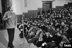Творческий вечер поэта Евгения Евтушенко в Политехе, 1964 год
