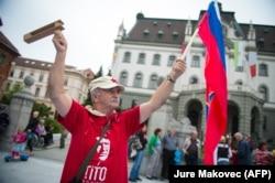 'Pa i Tito, kralj Aleksandar i car Franjo Josip su isto deo slovenačke istorije. Međutim, njihovi spomenici su uklonjeni kao da nemaju veze sa Slovenijom.' (Fotografija: protesti protiv korupcije, Ljubljana, 2013)