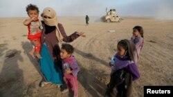 Мосул тирәсендә Гыйрак армиясе азат иткән авылларына юл алучылар.
