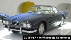 محمدرضا پهلوی دوست داشت تا یک خودرو کوپه قدرتمند ایتالیایی داشته باشد، برای همین از مازراتی خواست تا موتور خودروی مسابقهای ۴۵۰ اس را در شاسی یک مازراتی ۳۵۰۰ جاسازی کند. حاصل کار یکی از شاهکارهای آن سالهای صنعت خودروی جهان شد.