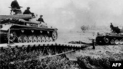 Німецькі танки в'їжджають до Польщі через прикордонну річку, 6 вересня 1939 року