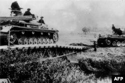 Нямецкія танкі перасякаюць дзяржаўную мяжу з Польшчай, 6 верасьня, 1939