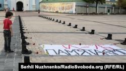 Річниця трагедії Іл-76. Сорок дев'ять пар берців у центрі Києва – фото