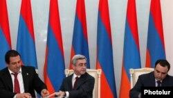 Գագիկ Ծառուկյանը, Սերժ Սարգսյանը և Արթուր Բաղդասարյանը ստորագրում են կոալիցիայի ստեղծման մասին հուշագիրրը: Փետրվար, 2011 թ․