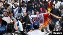 Irak - Myslimanët sunni i vënë flakën një fotografie të ish-presidentit iranian Mahmud Ahmadinejad gjatë një proteste kundër qeverisë irakiane (Ilustrim)