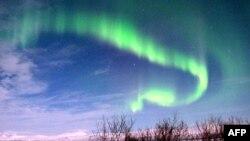 Швеция -- Северное сияние в национальном парке Абиско, Лапландия, 7 марта 2012 г.