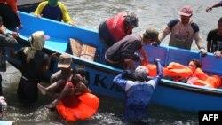 تصویری از نجات پناهجویان در یکی از سوانح قبلی با قایق در راه استرالیا. ۲۴ ژوئیه ۲۰۱۳
