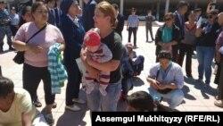 Некоторые женщины пришли на акцию с грудными детьми. Нур-Султан, 3 июня 2019 года.