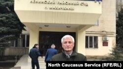 Джамбулат Гасанов у здания суда, 6 декабря 2018 г.