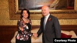 Atifete Jahjaga dhe William Hague gjatë një takimi të mëparshëm në Londër