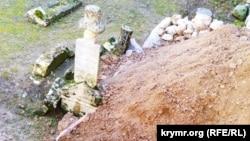 Засыпанное грунтом надгробие 18 века, кадры активистов