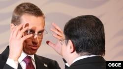 ЕҚЫҰ-ның төрағасы А. Стубб Қазақстан сыртқы істер министрі М. Тәжинмен әңгімелесіп тұр.Хельсинки, 4 желтоқсан, 2007 жыл.