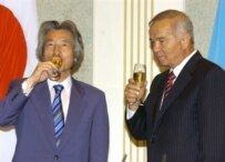 Japanese Premier Junichiro Koizumi (left) meeting with Uzbek President Islam Karimov in Tashkent on August 29 (file photo) (AFP)