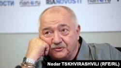 Стуруа заявил, что приглашение новых властей примет в том случае, если получит не только свою прежнюю должность, но и станет руководителем театра