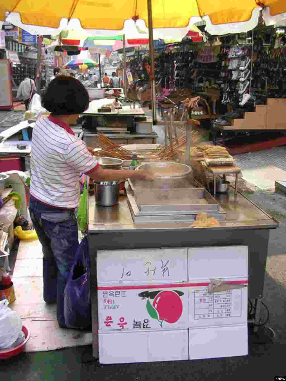 اين اغذيه فروش دوره گرد در بوسان، يکي از مخالفان تصويب «توافق تجارت آزاد» (FTA) ميان آمريکا و کره جنوبی است.