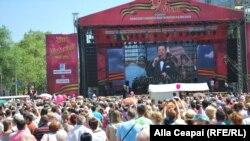 Iosif Kobzon cântând la Chişinău de Ziua Victoriei