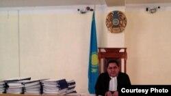 Судья Владимир Козловқа қатысты үкім оқып отыр. Ақтау, 19 қараша 2012 жыл