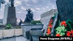 Траурные венки у гранитных лавочек в Владивостоке
