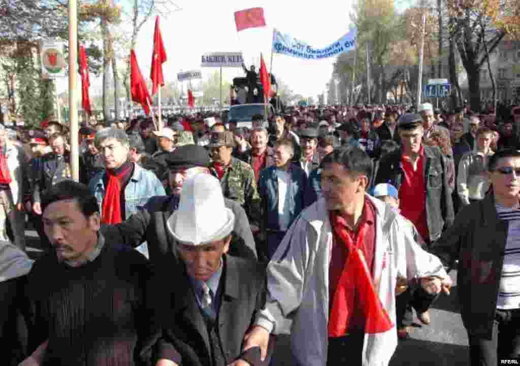 Demonstrators in Bishkek on November 6 (RFE/RL) - The protests began on November 2, with demonstrators calling for the resignations of President Kurmanbek Bakiev and Prime Minister Feliks Kulov.