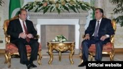 Пакистанскиот премиер Наваз Шариф на средбата во Душанабе со таџикистанскиот претседател Емомали Рамон.